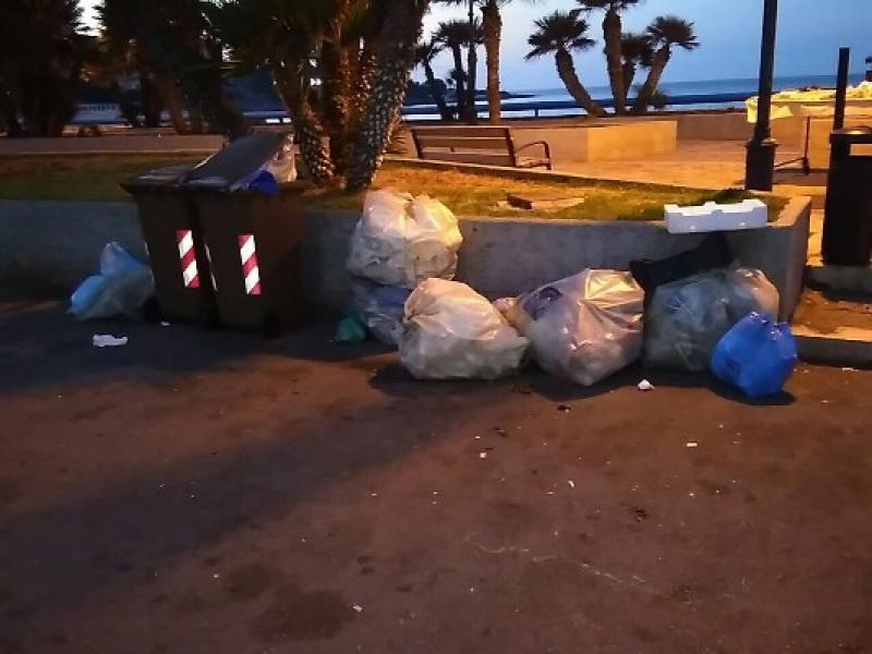 Sferracavallo sommersa dai rifiuti