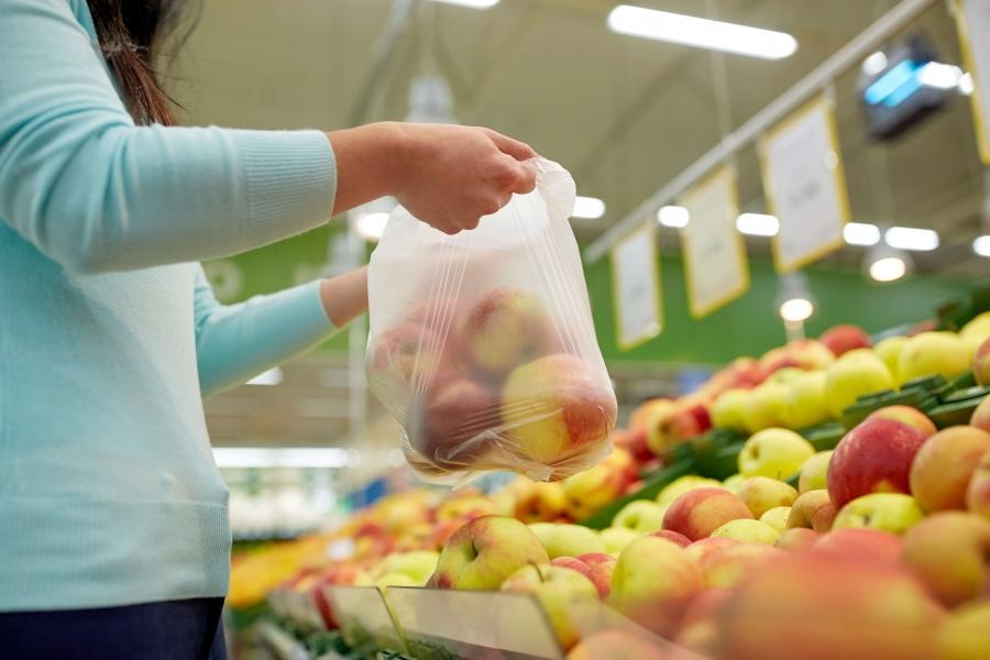 Lo Stato risarcisca i cittadini: via la tassa sui sacchetti biodegradabili